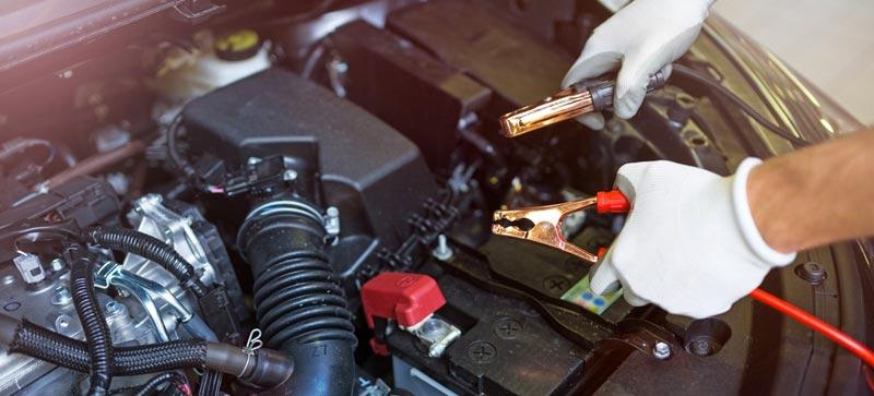 Cómo encender un carro con la batería descargada